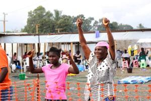 Christine Freeman, 75letá žena, zdvihá triumfálně ruce, bylo jí řečeno, že ebolu nemá a bude brzy propuštěna. Foto: Lékaři bez hranic