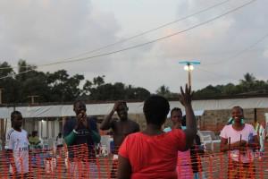 Uzdravená pacientka mává na rozloučenou přátelům, které získala, když bojovala s ebolou v jednom z center Lékařů bez hranic. Foto: Lékaři bez hranic