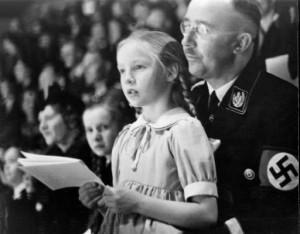 Duchovní otec Lebensbornu Heinrich Himmler (1900 – 1945) s árijskými dětmi. Foto: La8Period3
