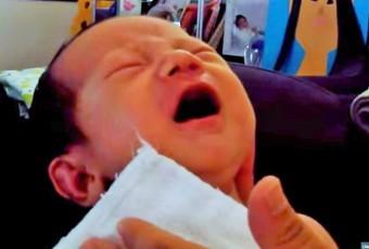 Jedna z matek, jejíž dítě onemocnělo černým kašlem ve dvou týdnech po narození, se podělila o svou zkušenost na internetu - video najdete uvnitř článku. Foto: YouTube