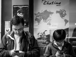 Místo cigaret mají smartphony. Závislost jako závislost. Ilustrační foto: YouTube