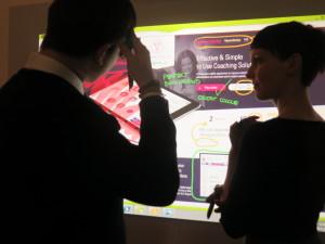 Ideální prostředí pro kreativní práci: na zeď si z PC promítnete, co chcete, a co následně na stěnu napíšete fixem, uloží se vám i v počítači. Foto: MK