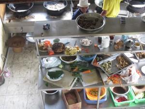 Že ani sami lékaři často nedodržují to, co radí svým pacientům, se ukázalo na výjezdu na Bali. Mnozí z třicetičlenné skupiny neodolali čerstvému ananasu, následně je však přešla chuť, když viděli, v jakých podmínkách se ovoce krájelo. Foto: Rastislav Maďar