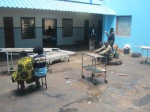 Skončit v Africe v nemocnici nemusí být zrovna cesta k uzdravení. V zařízení velikosti okresní nemocnice většinou ani nebývá k sehnání lékař. Foto: Rastislav Maďar