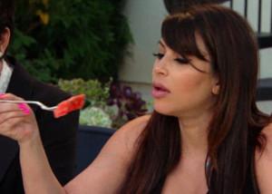 Co jí Kim Kardashian? Její sestra placentu. A co kdyby jedla amputovanou nohu, následovaly by jí ženy u televizních obrazovek?