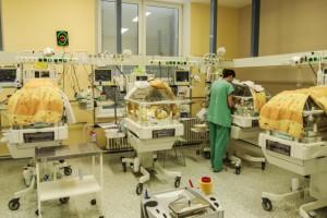 Novorozenecké oddělení ve FN Olomouci zavedlo inkubátorovou televizi jako první v republice. Foto: Síťové kamery AXIS instalované nad 12 inkubátory v novorozeneckém oddělení FN Olomouc zprostředkovávají přímý přenos pro rodiny dětí. Foto: Axis Communications