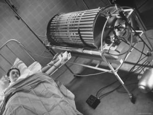 Dialýza v době, kdy byla k dispozici pouze pěti pacientům ze sta tisíc. Foto: Pinterest