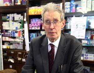 Panu Bolesovi je dnes 85 let a je dva měsíce v důchodu, na snímku je v době, dky mu bylo o pět let méně a stal se hrdinou soudniček všech irských novin. Lékárnu tenkrát přepadl zloděj a byl odsouzen v ostře sledovaném soudním přelíčení. Foto: herald.ie