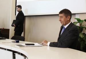 Březen 2015. Za chvilku začne tisková konference ministra Babiše, Ondřej Dostál (vlevo) se právě připravuje, aby novinářům něco sdělil o transparentnosti.