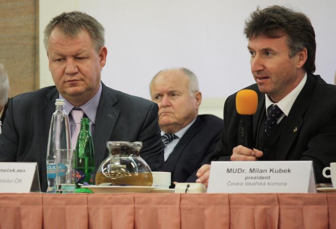 """Ministr má velmi dobré vztahy s Českou lékařskou komorou. Ne, že by byla spokojena se vším co dělá, ale oceňuje, že """"má snahu"""". Na snímku S. Němeček s prezidentem komory Milanem Kubkem."""