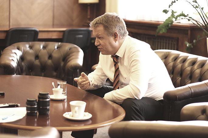 Ministr při rozhovoru s redaktory Zdravotnického deníku. Historická budova MZ svádí k vzpomínkám na staré dobré časy.