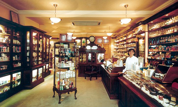 V lékárně Veronicy Cosgroveové jsou zachovány všechny původní stojatky.  www.cosgrovespharmacy.com