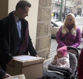 Petici založili rodiče a sehnali  na její podporu přes 100 tisíc podpisů. Poslanci jí předal Martin Pegner, otec malé holčičky na snímku).