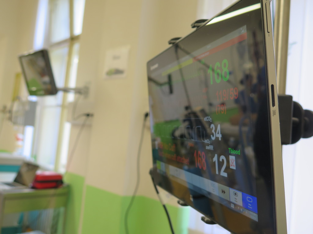 Životní funkce pacientských simulátorů mohou medici sledovat na monitorech. Foto: MK