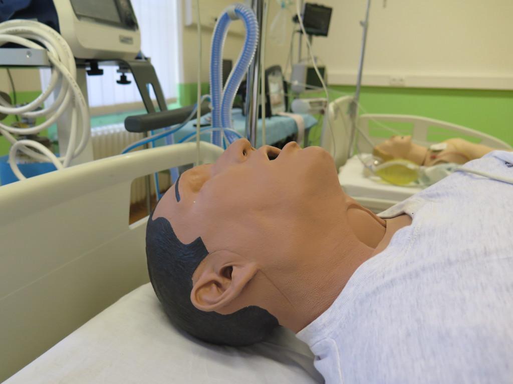 Pacientský simulátor iStan napodobuje lidský kardiovaskulární, dýchací i nervový systém. Umí simulovat blokovou zlomeninu žeber, nedostatek kyslíku v krvi či těžké problémy dýchacích cest. Foto: MK