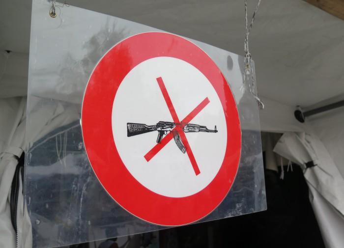 Logo Lékařů bez hranic informující o tom, že do jejich zařízení nesmí nikdo bez výjimky se zbraní. Foto: MK