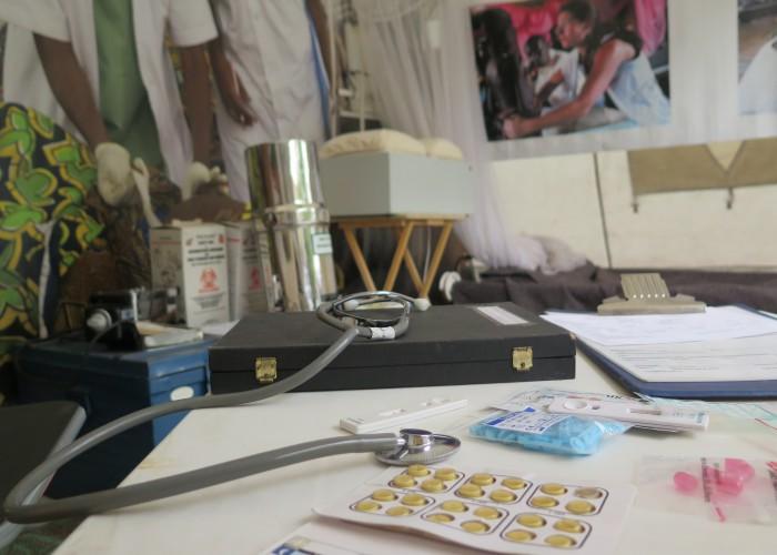 Dózy obsahující tisíce tablet, filtr chlorované vody či moskytiéry jsou součástí vybavení stanů poskytujících základní zdravotní péči.  Foto: MK