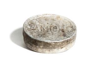 """""""Každý německý voják obdrží oficiální příkaz, aby prováděl pohlavní styk pouze s kondomem,"""" tak znel příkaz velení německé armády v roce 1940. Z té doby je i kovová krabička s nápisem Amor"""