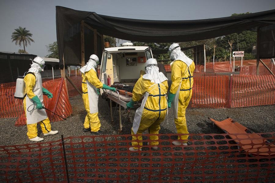 Tým Lékařů bez hranic před ebolovýcm centrem ve Freetownu, hlavním městě Siery Leone. Foto: © Lékaři bez hranic/Yann Libessart