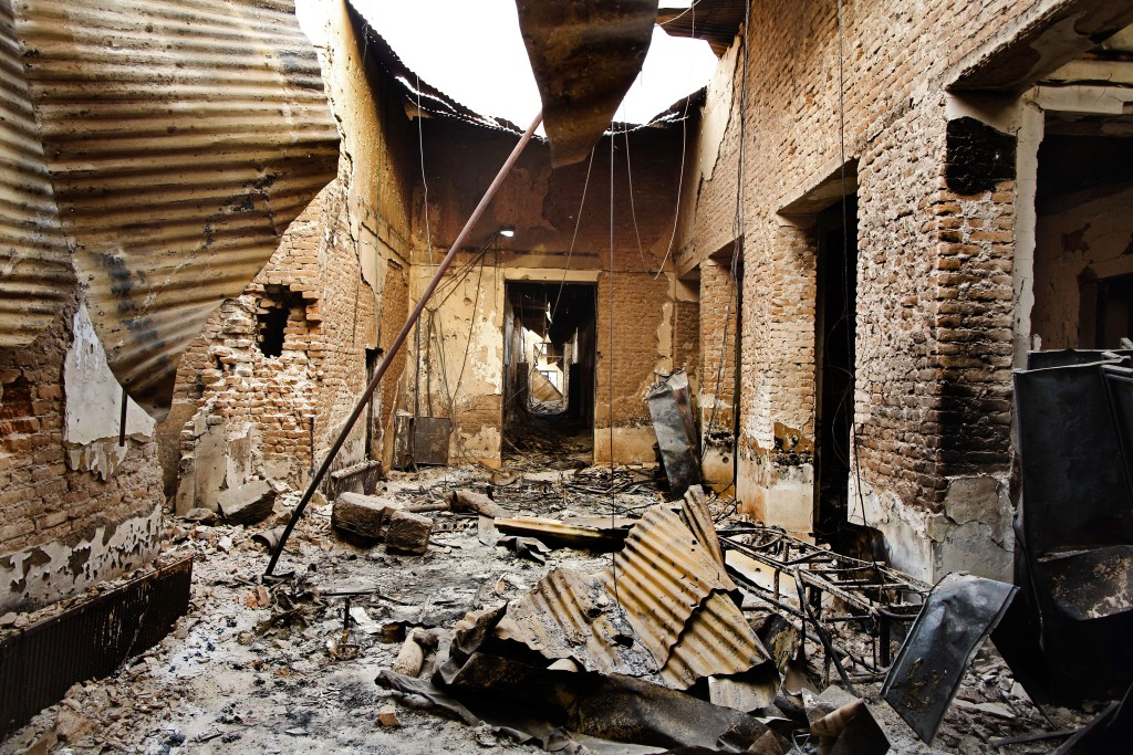 Nemocnice v Kundúzu po vybombarodvání. Foto: Lékaři bez hranic/Andrew Quilty