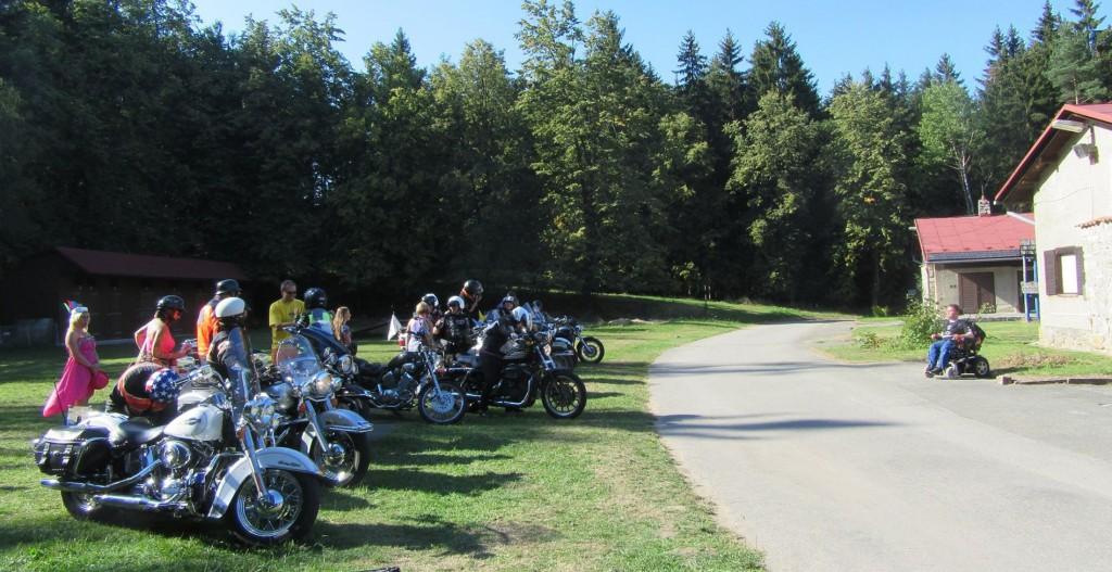 Parent Project pořádá pravidelná setkání, toto léto sraz navíc spojil s oslavou 15 let existence (na snímku). Podporu motorkářů mají chlapci s DMD také při každoroční MDA Ride. Foto: Parent Project