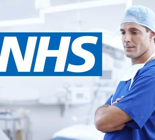 Odhaduje se, že kolem poloviny lékařů, kteří pracují v zařízeních NHS, si navíc přivydělávají v privátu. Podle průzkumu British Medical Association z roku 2009 si jich tak čtvrtina vydělá pod deset tisíc liber ročně, šestina pak přes sto tisíc liber ročně. Foto: Pixabay, ZD