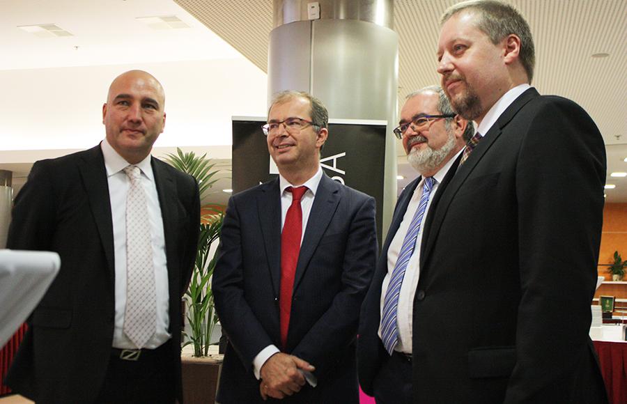 Hosté sjezdu čekali hodinu a půl v předsálí, tolik se posunul původní termín zahájení diskuse, jíž se měli zúčastnit, zleva: Z. Kabátek, T. Philipp, L. Friedrich a R. Policar.