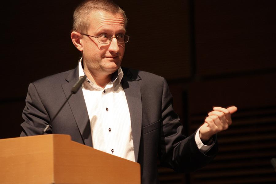 """Ředitel ÚZIS docent Ladislav Dušek: """"Celá debata, kterou tady vedete, do značné míry sklouzává k argumentačním dojmům, poklud nebude podpořena ze strany lékařů tvrdými daty, tak si nemalujme, že proti lidem, kteří umí řídit velké systémy, jako je třeba náš současný ministr financí, nějaké dojmy uspějí. To v žádném případě ne, tam musí být na stole reprezentativní a tvrdá data."""""""