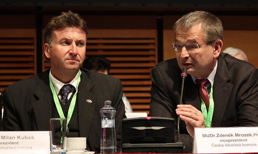 Prezident Milan Kubek se svým viceprezidentem  Zdeňkem Mrozkem, který delegátům vysvětlil důvody, pro které komroa odmítá novelu zákona o vzdělávání lékařů a chce,a by jí senát potopil.
