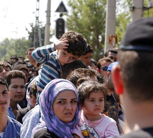 Migranti na řecko-makedonské hranici. Po náročné cestě v mizerných hygienických podmínkách se mohou objevit infekční choroby jako je salmonelóza či svrab. Pro zdravotní systémy zemí, v nichž migranti setrvávají, jsou však horší chronické neinfekční choroby. Foto: Wikipedie
