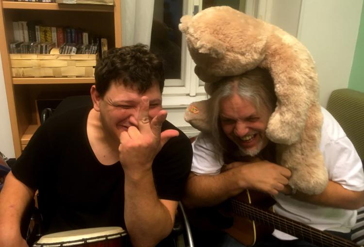 Namísto stresu uvolnění a legrácky. Muzikoterapie s rockerem Radkem Kurcem dává chuť do života.
