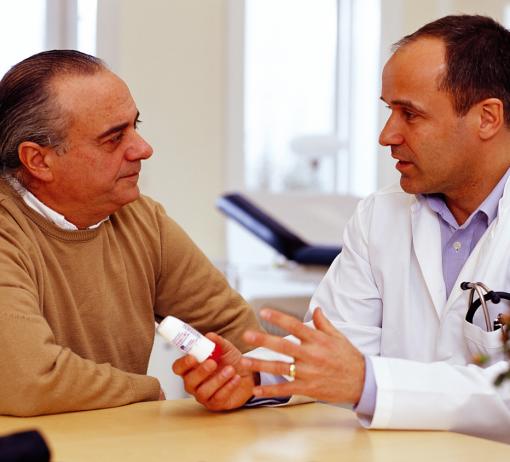 Věnovat se pacientovi, naslouchat jeho problémům, povzbuzovat ho a odpovídat na jeho otázky může výrazně zlepšit výsledek léčby. Foto: Wikimedia