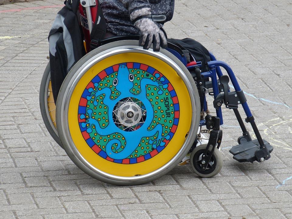Při rozhodování o příspěvcích na pořízení automobilu se nemají zkoumat celkové majetkové a sociální poměry handicapovaných lidí. Foto: Pixabay